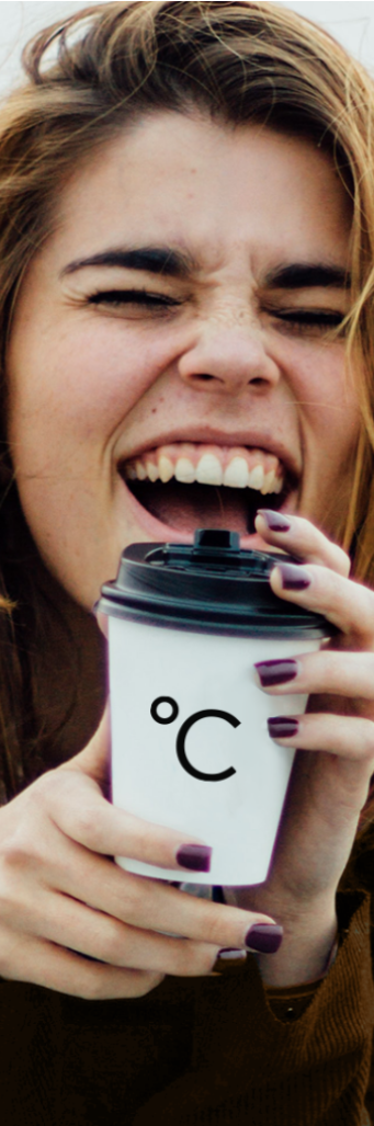 Koffiebar Amsterdam, vrolijke dame met een koffiebeker