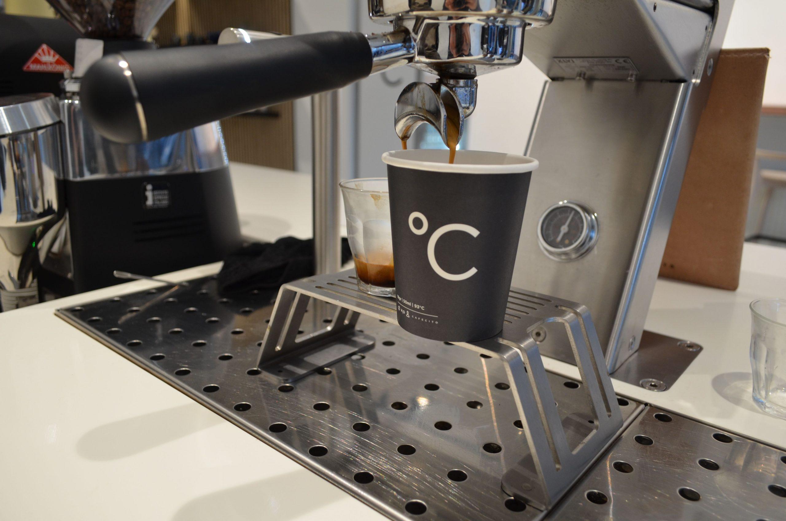 Espressobar amsterdam koffie word gezet