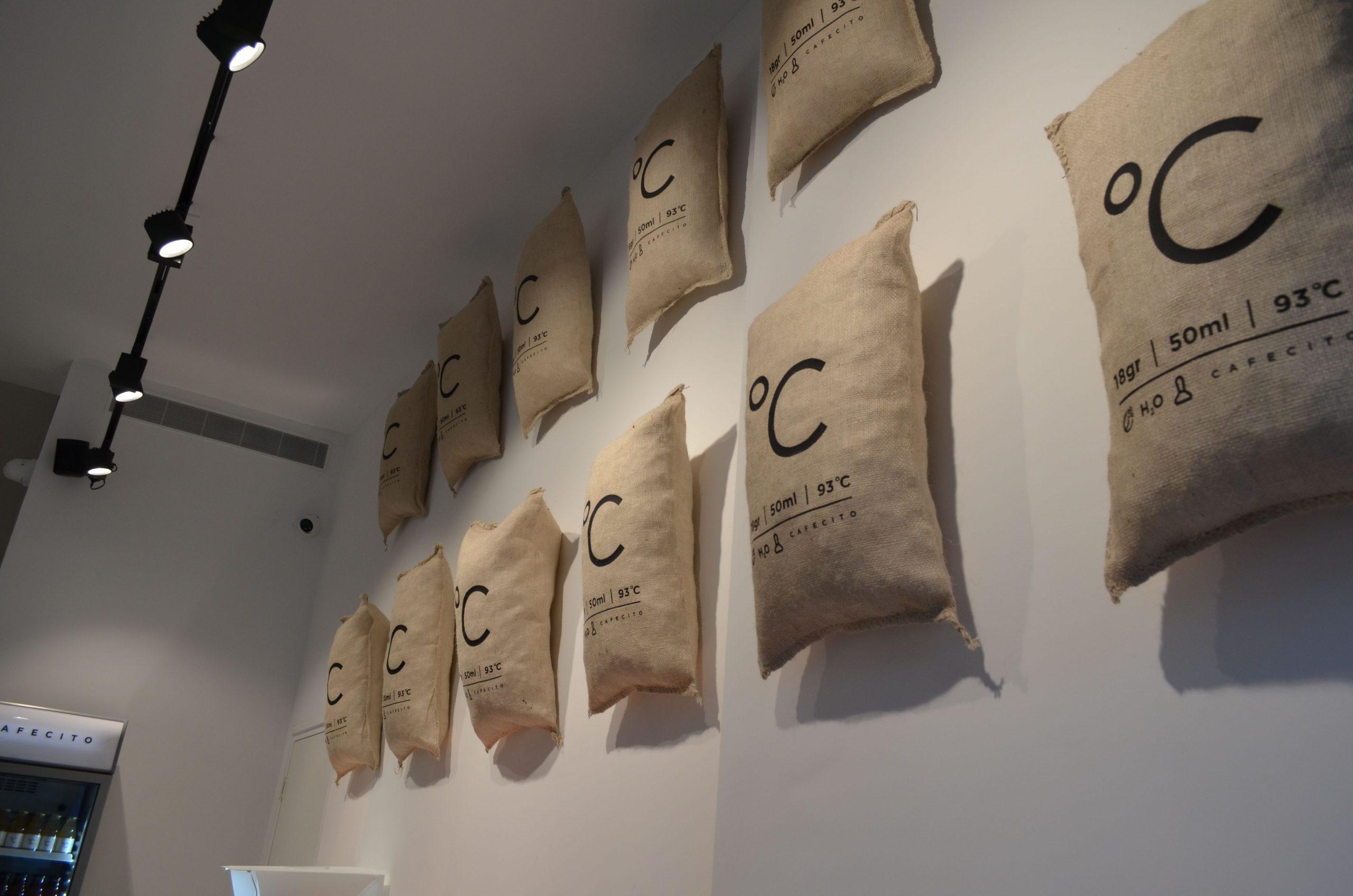 Espressobar Amsterdam, koffie zakken aan de muur