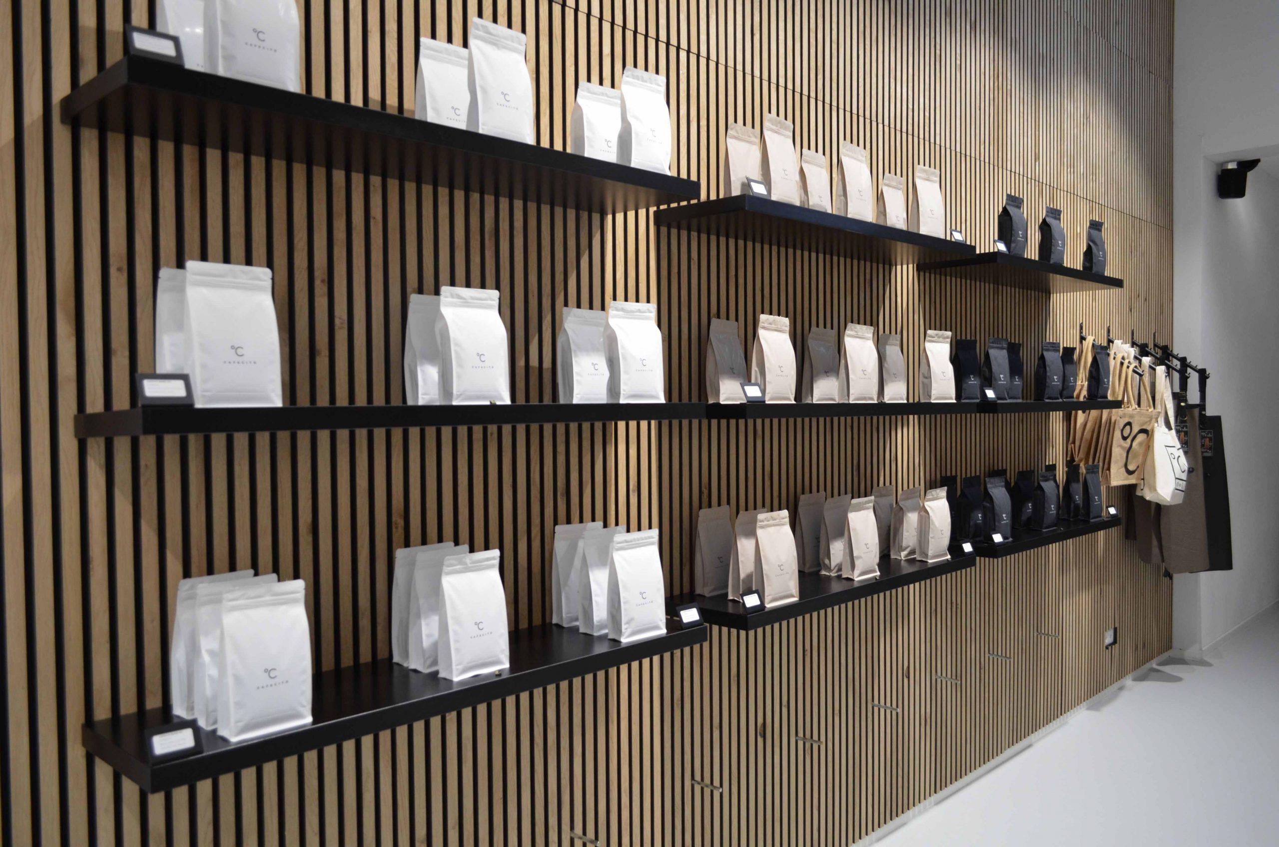 koffiebar amsterdam koffiebonen zakken aan muur