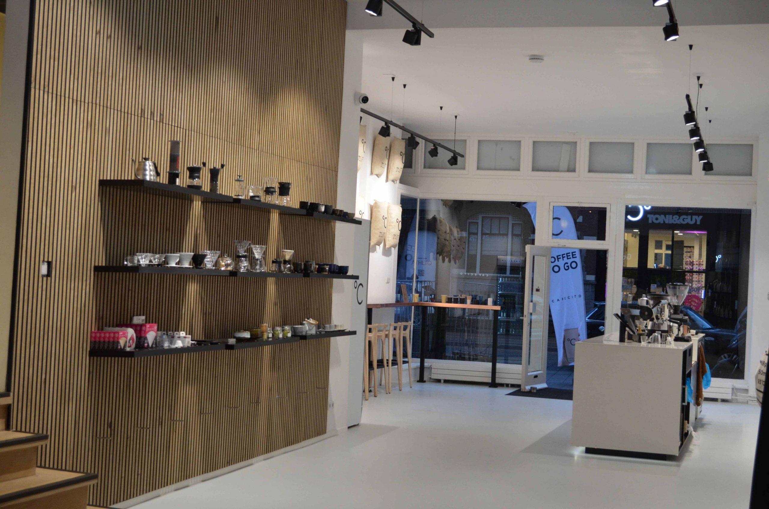 Koffiebar Amsterdam, binnenkant van de winkel met een uitzicht van de uitgang, producten en de bar